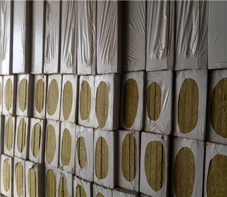 匀质保温板工地卸车图片
